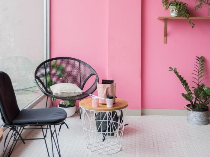 tendance couleur 2020 pour un salon moderne, déco de pièce rose avec meubles en bois clair et métal noirci