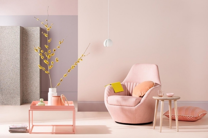 tendance couleur 2020 pour un salon, design pièce moderne aux murs rose pastel aménagée avec meubles en velours