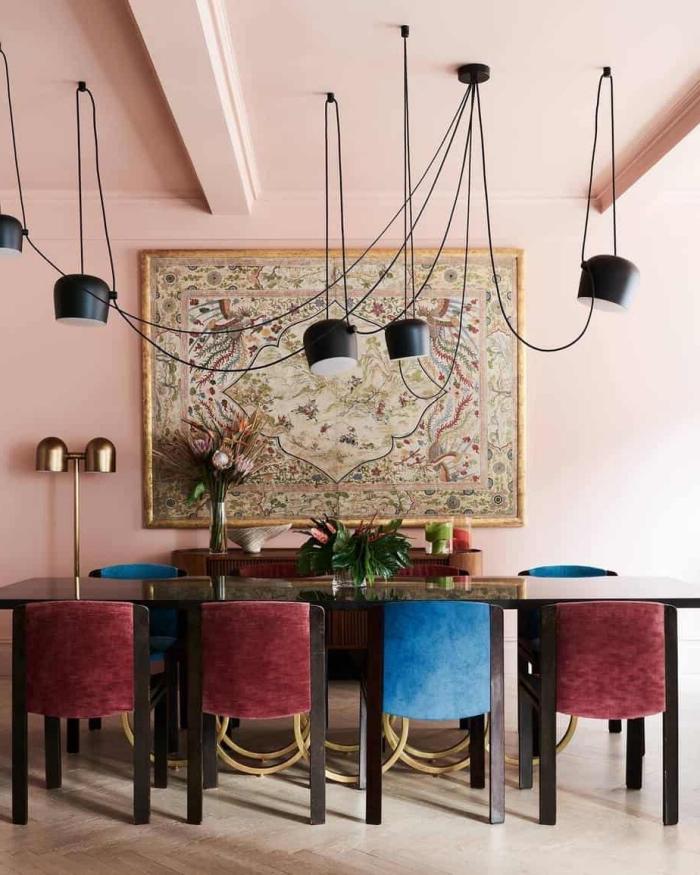 deco tendance 2020 moderne, pièce rose pastel aménagée avec meubles en bois brut et accents en velours