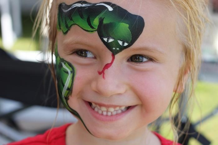 idée de desguisement carnaval pour enfant simple à réaliser, modèle de peinture facile à design serpent sur visage fille