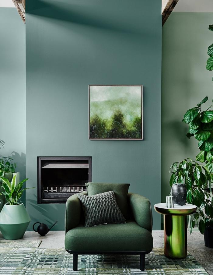 tendance couleur 2020 pour un salon, exemple de salon aux murs verts aménagé avec meubles en vert et accents noir mat