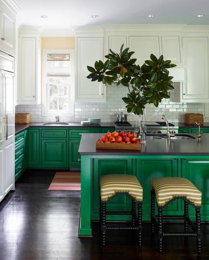 idée de couleur complémentaire du vert dans une cuisine blanche, déco de cuisine en L avec îlot central en blanc et vert