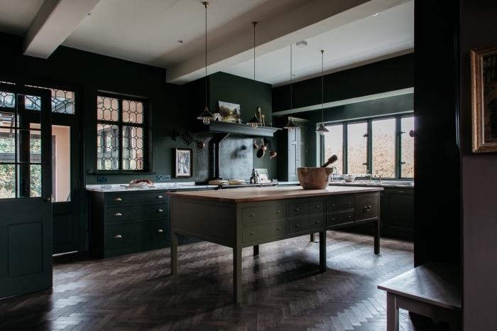idée peinture cuisine foncée de nuance verte avec plan de travail blanc, déco de cuisine aux murs foncés avec plafond blanc