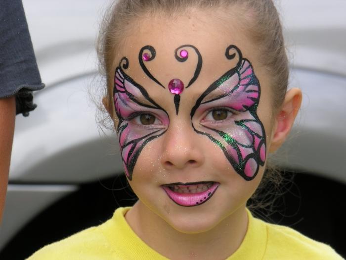technique dessin de masque deguisement simple avec kit de peinture faciale pour enfant, modèle papillon rose et noir sur visage fille