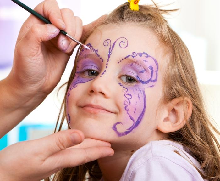 techniques et astuces pour un maquillage halloween facile pour enfant, comment peindre sur un visage fille avec pinceau