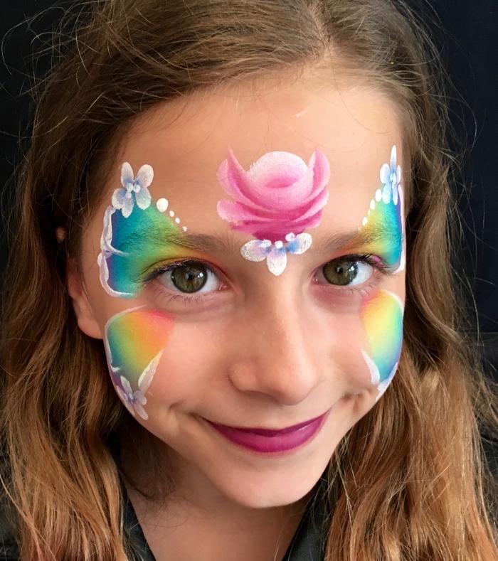 idée de maquillage halloween facile pour enfant, fille avec déguisement carnaval fait maison avec pochoir et kit peinture visage