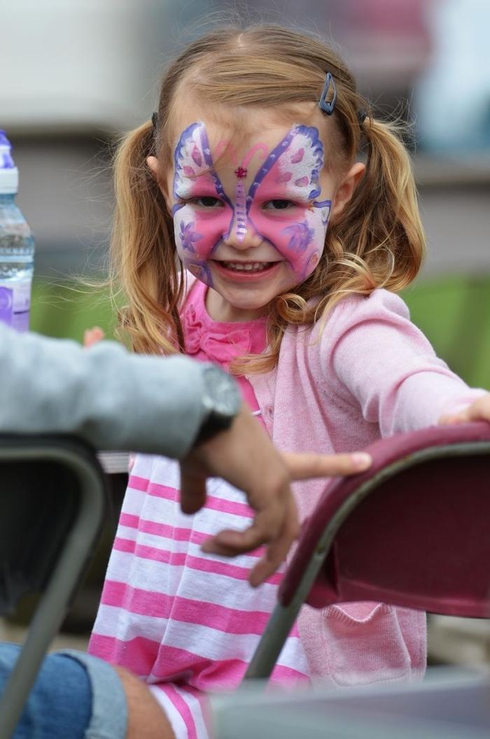 technique de maquillage papillon facile avec peintures blanc et rose, déguisement petite fille en papillon avec makeup carnaval