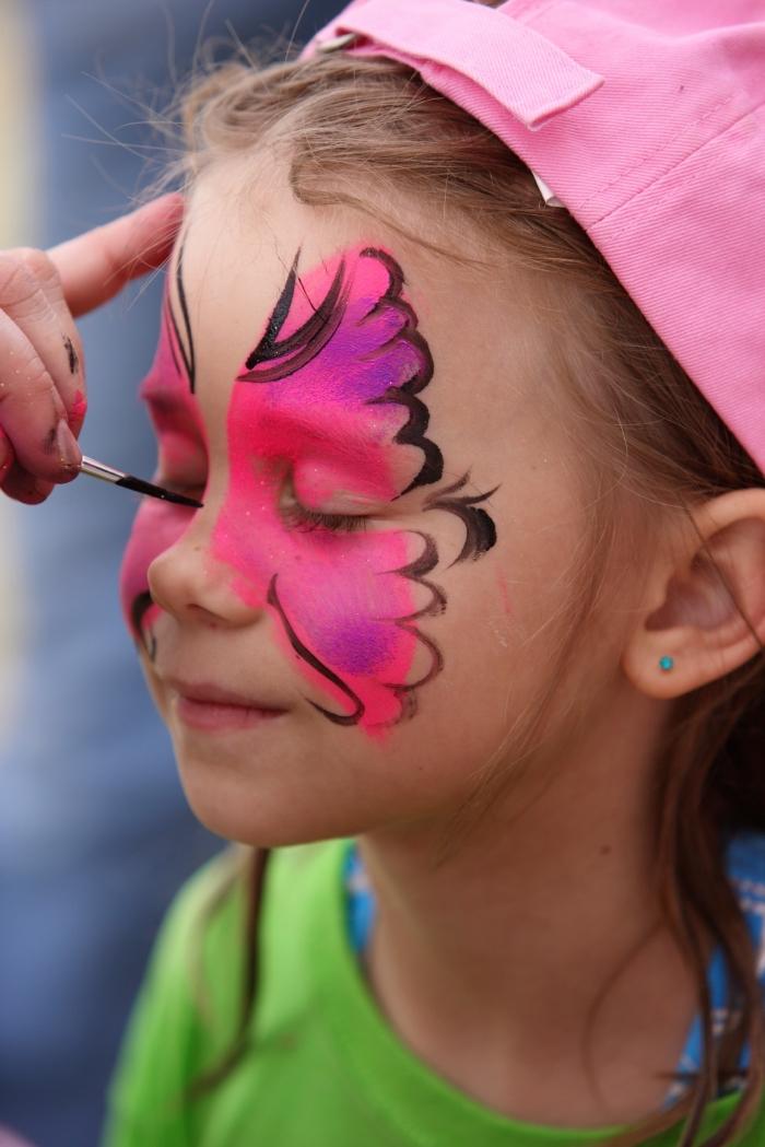 modèle de maquillage enfant simple à effet papillon aux ailes rose avec reflets violets et contours en crayon visage noir