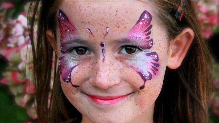 modèle de papillon violet sur visage fille réalisé avec peinture visage enfant et pochoir, déguisement petite fille pour carnaval