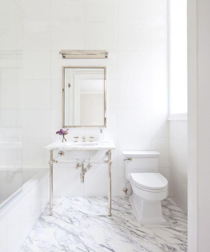 Sol en marbre et lavabo en pieds style industriel, salle de bain retro avec accents lux, salle de bain en marbre blanc chic