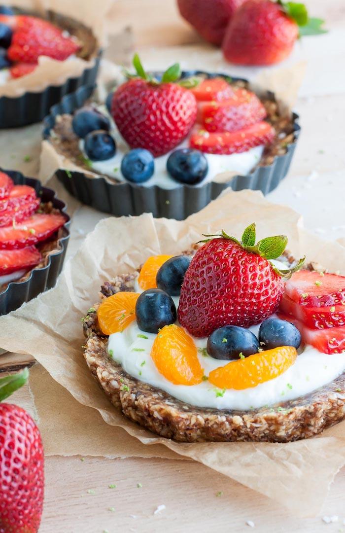 petit gateau, mini tarte aux noix et dattes avec yaourt grec, fruits rouges et clementines pour garnir