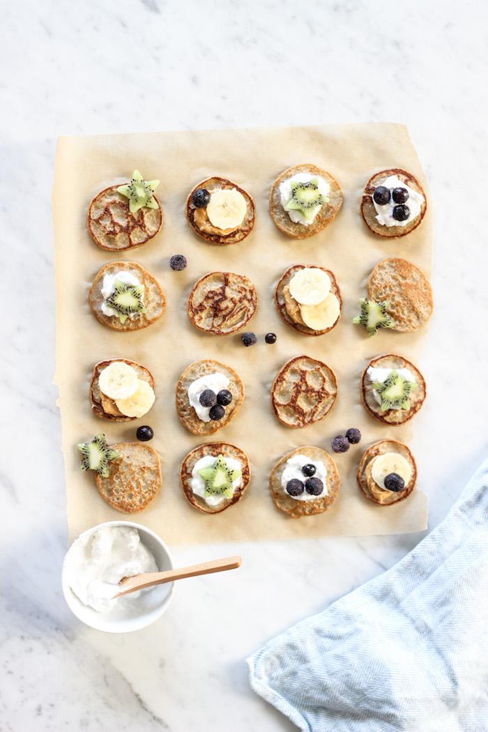 pancakes sans gluten à la banane sans farine et topping de yaourt grec, myrtilles, tranches de kiwi