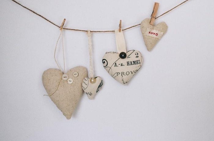 Corde avec coeurs en tissu accrochés, deco murales sur le theme de l'amour, jolie décoration saint valentin cool idée pour la fete