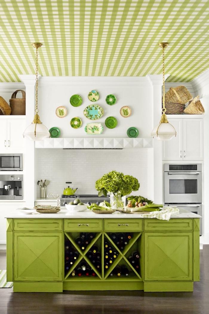 exemple comment décorer une cuisine traditionnelle blanche avec meubles et accessoires de nuance vert anis