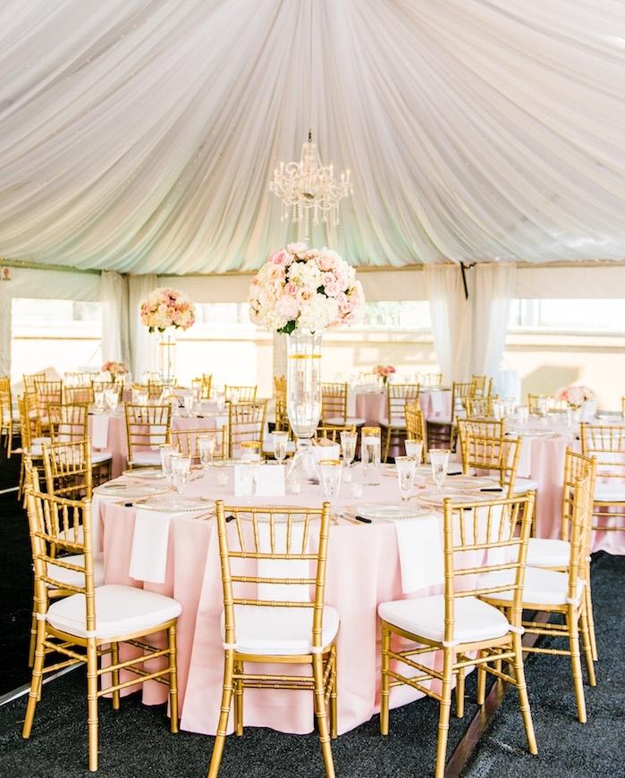 décoration plafond mariage originale en voile blanche, draperie plafond mariage, déco mariage or, rose et blanc