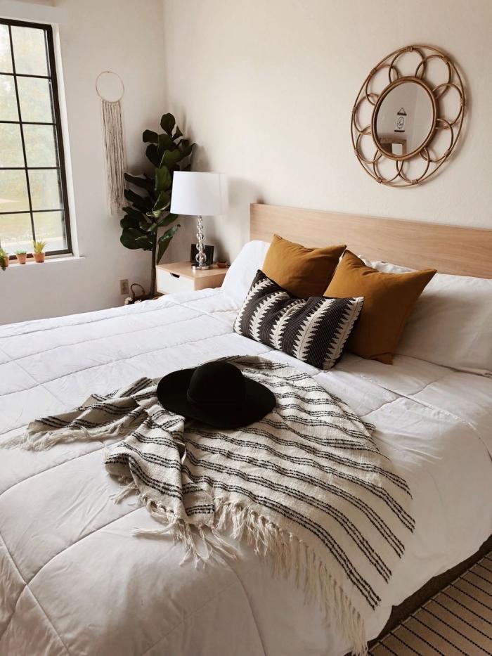 pièce blanche aménagée de style bohème chic avec meubles en bois et accents en nuances neutres marron et noir