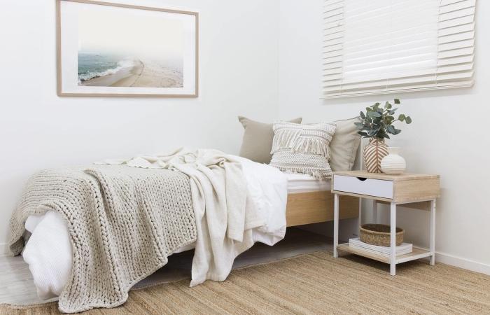 quelles couleurs associer dans une petite pièce, design chambre blanc et beige avec accents en bois de style bohème