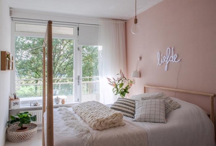 deco chambre fille aux murs rose pastel et plafond blanc aménagée avec meubles en bois et accessoires bohème