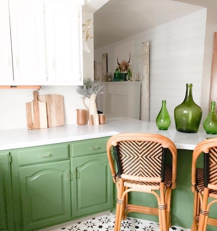 décoration de petite cuisine en blanc et vert avec accents en bois, modèle de cuisine blanche avec armoires vertes