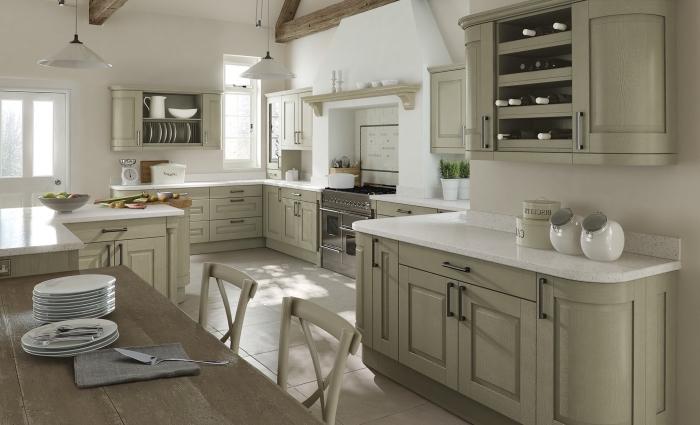 modèle de cuisine décorée en couleurs neutres, idée de couleur complémentaire du vert kaki dans une cuisine blanche