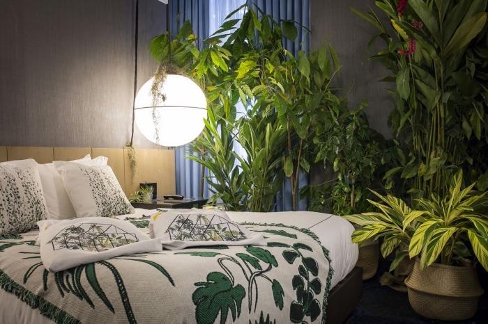 exemple comment décorer sa chambre moderne aux murs gris avec plantes vertes et linge de lit de style jungalow