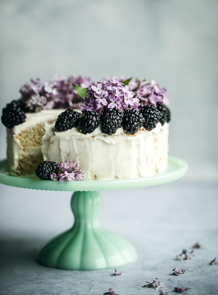 quel gateau st valentin facile à préparer, recette dessert moelleux au crème beurre et décoration avec fruits baies