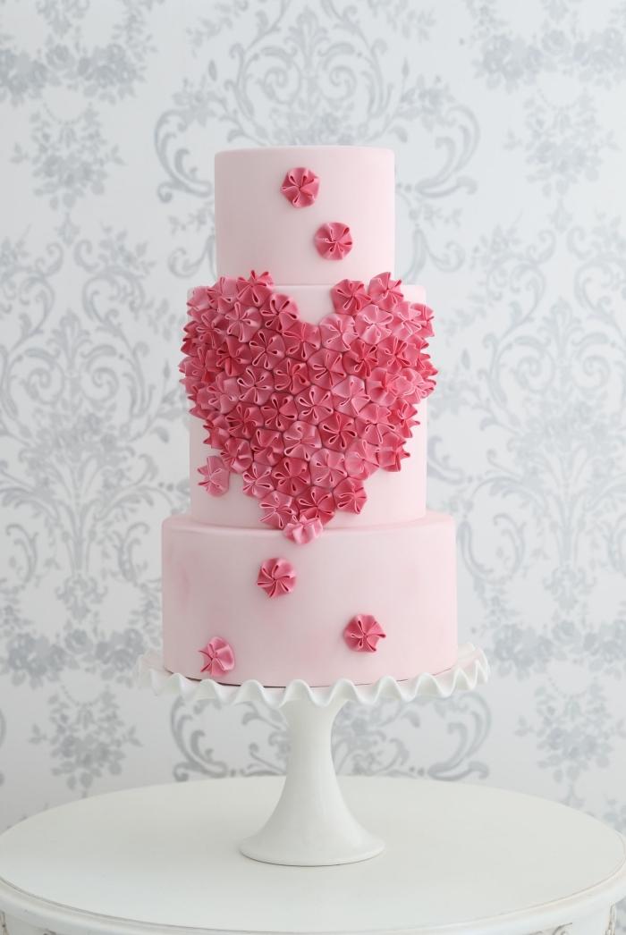 modèle de gateau de saint valentin romantique au glaçage rose pastel avec décoration façon bouquet de fleurs en coeur