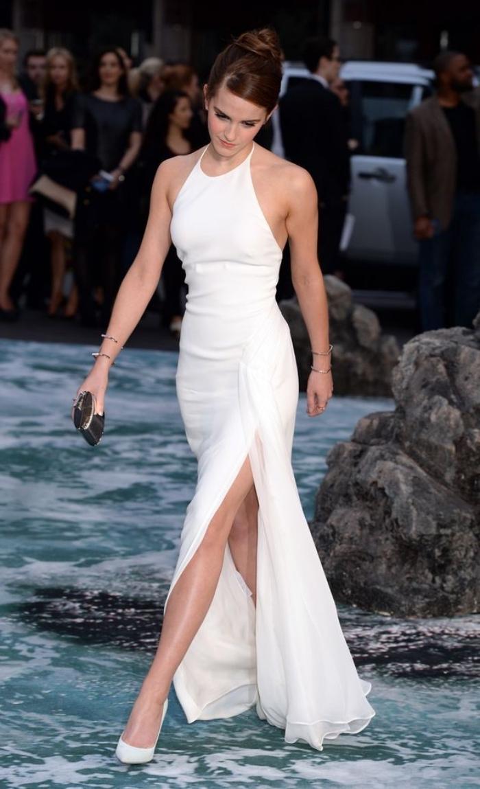 modèle de robe de soirée chic et fendue de couleur blanche combinée avec chaussures hautes et pochette noire