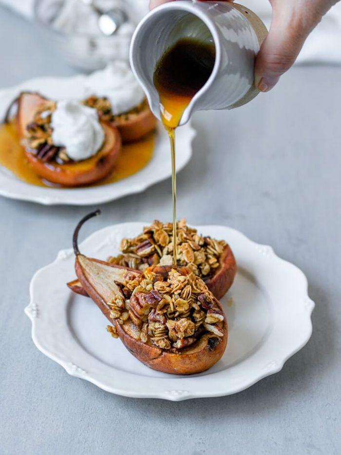 poires cuites au four farcies de granola, flocons d avoine aux fruits secs et topping de sirop d erable, menu sain