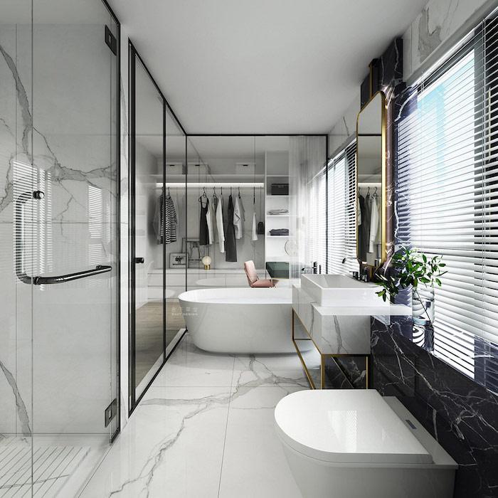 Beau espace salle de bain de luxe, idée salle de bain marbre blanc, endroit rangement vetement, grand miroirs