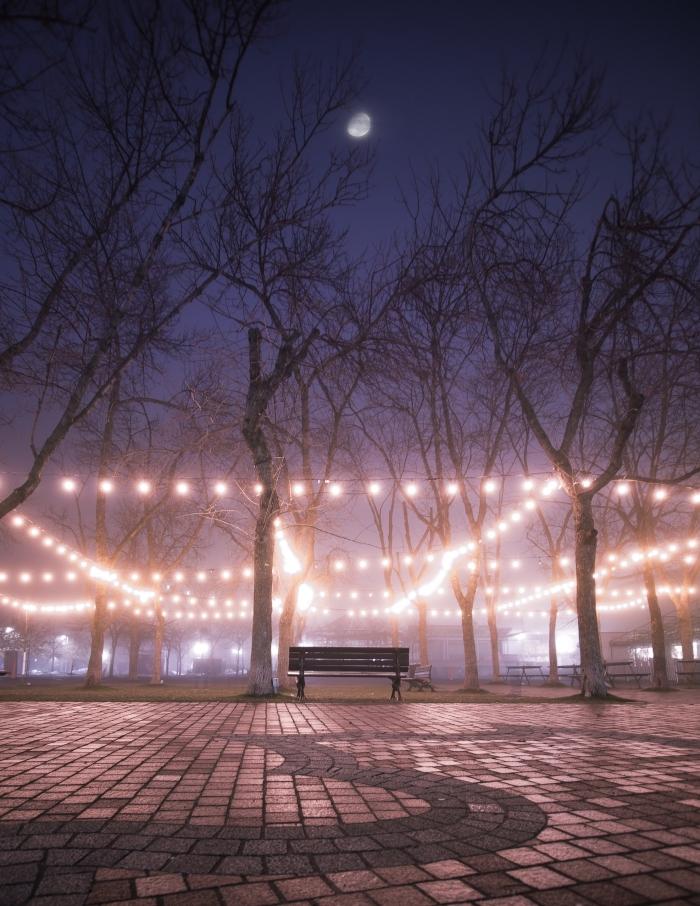 idée d'activité en amoureux, se promener en couple dans un endroit romantique au centre ville au coucher de soleil