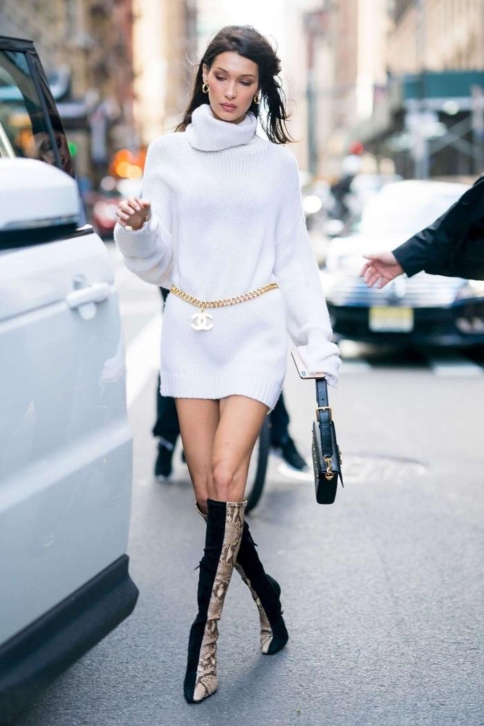 look moderne en robe chic femme courte en blanc combinée avec bottes genoux et sac à main de couleur noire