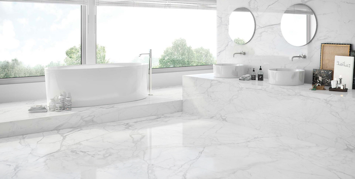 Grande pièce salle de bain en marbre blanc, beauté dans la simplicité design, simplicité dans la déco, lavabo double en marbre et miroirs rondes