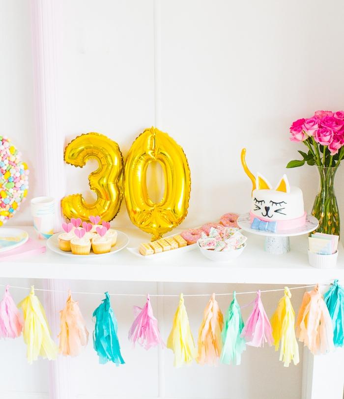 chiffres anniversaire 30 ans, candy bar décoré de guirlande de pompons à franges colorés, gateau chat anniversaire, cupcakes