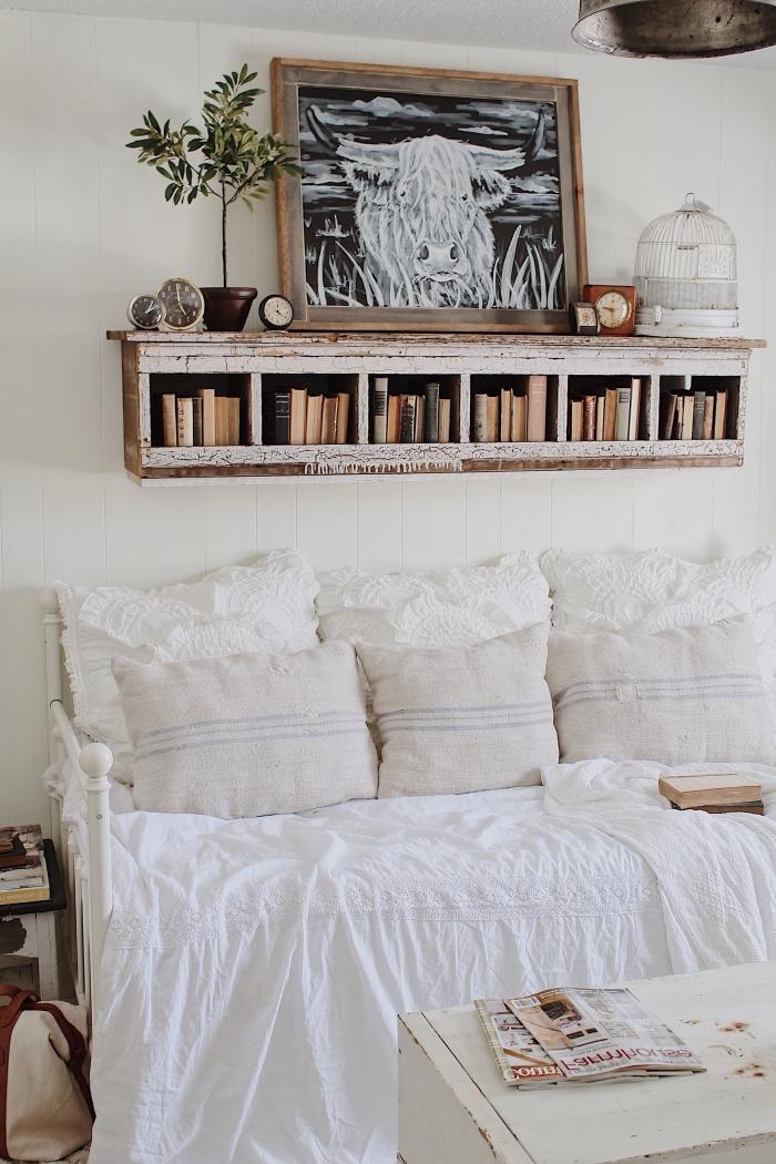 deco chambre a coucher rustique aux murs blancs avec meubles de style retro en bois usé, idée rangement mural en bois