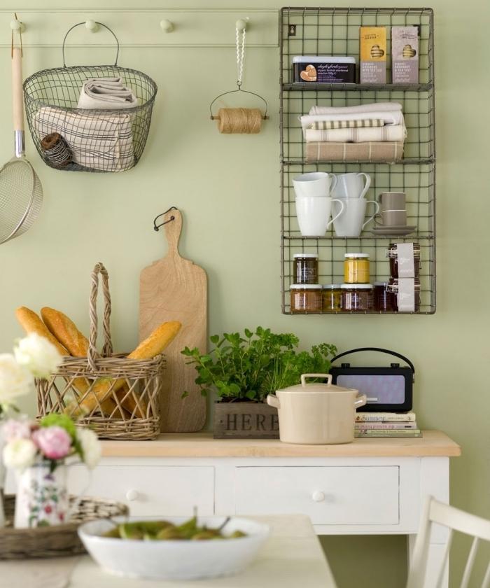 déco de cuisine traditionnelle avec murs à peinture vert d'eau aménagée avec meubles en blanc à plan de travail bois