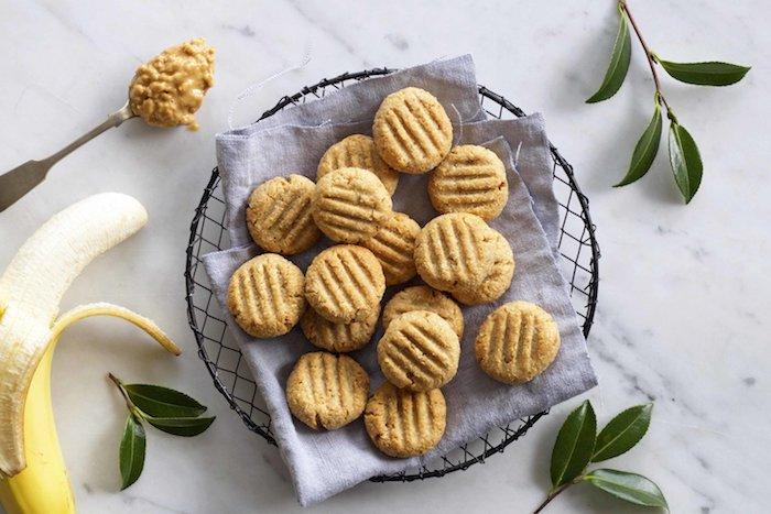 idee pour le gouter enfant, recette cookies healthy avec banane, beurre de cacahuete, flocons de coco, sirop d erable