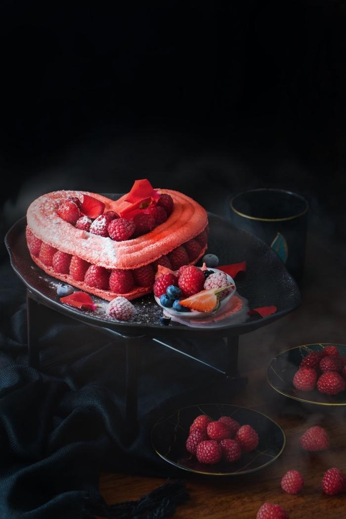 idée de gateau en coeur aux biscuits à la cuillère trempés dans café noir et décorés avec fruits rouges et sucre glace