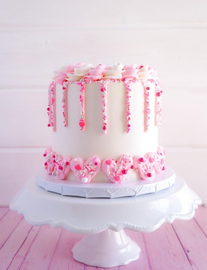 idée de gâteau fait maison pour un repas romantique, exemple de gâteau au fondant blanc décoré avec fleurs en crème rose et blanche