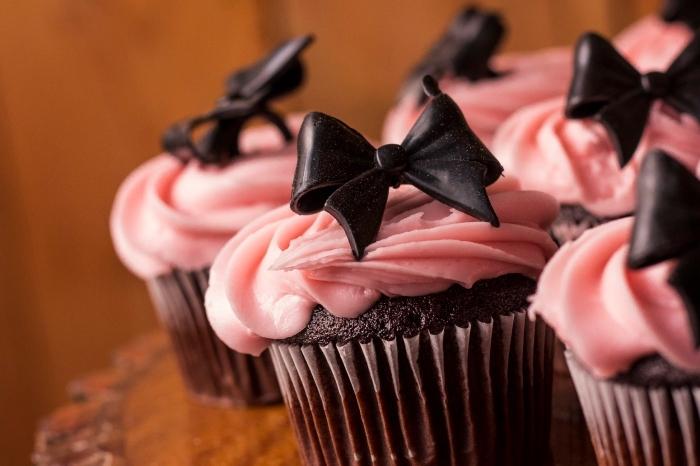 cupcakes au chocolat pour la saint valentin, idée de recette sucrée au chocolat noir pour le repas romantique