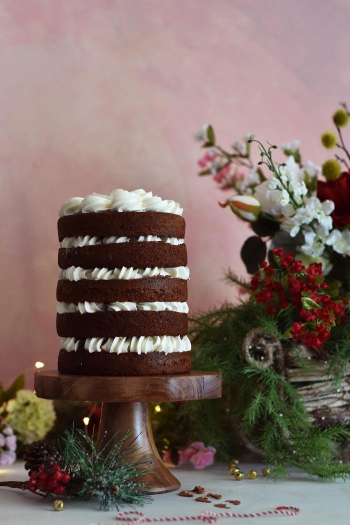 idée de montage gâteau rond facile, recette de dessert aux génoises chocolat noir et crème fraîche pour un repas amoureux