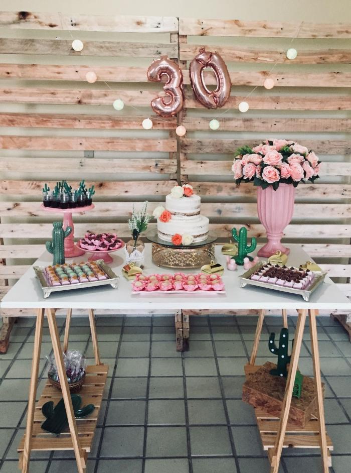 exemple comment réaliser un joli décor petit budget pour célébrer un anniversaire 30 ans femme, déco sur thème tropical