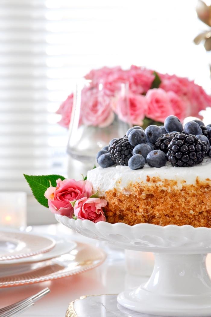 idée quel dessert pour le repas saint valentin, recette gâteau au fromage blanc et biscuits décoré avec fruits baies et noix caramélisées