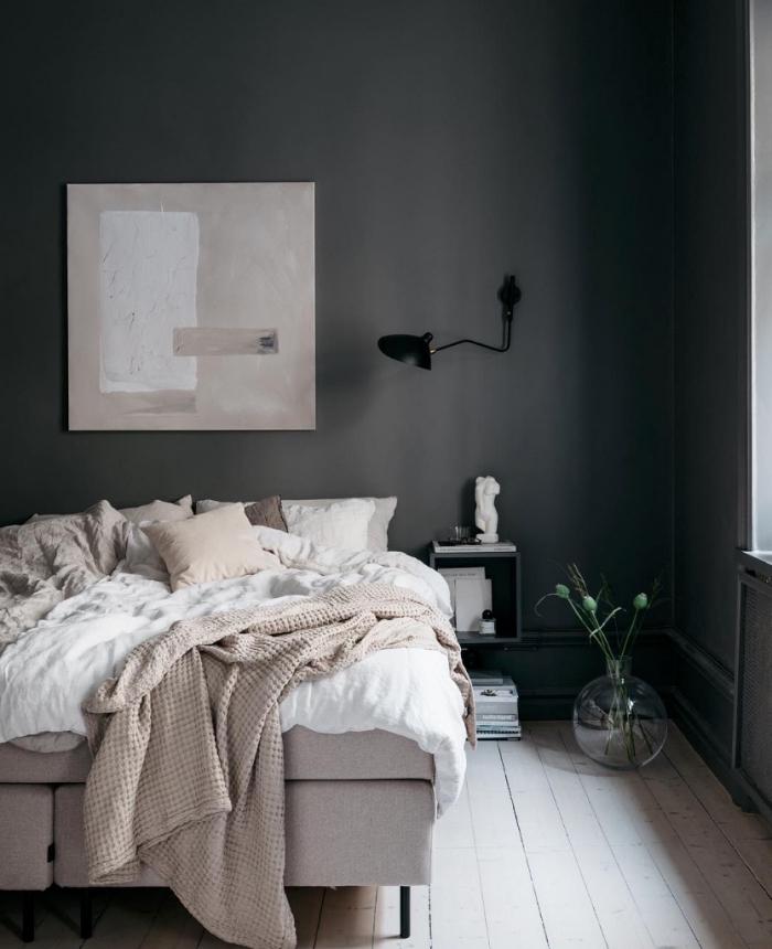 tendance peinture murale pour deco chambre parentale, design chambre aux murs gris foncé avec accessoires de nuances neutres