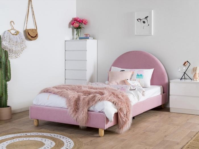 design intérieur moderne dans une pièce d'enfant aux murs blancs et parquet bois, idée de lit cocooning en rose
