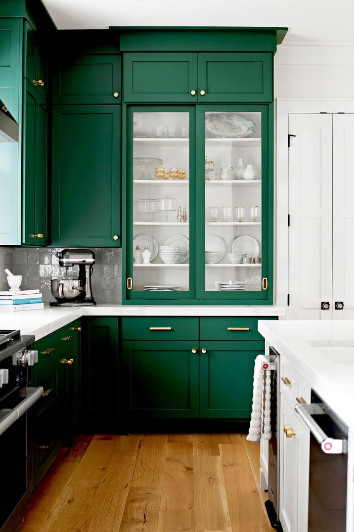 idée de couleur complémentaire du vert dans une cuisine, agencement de cuisine en l au avec meubles verts