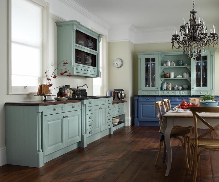 exemple comment aménager une cuisine avec meubles de couleur bleu vert, idée déco cuisine au parquet bois foncé et murs beige