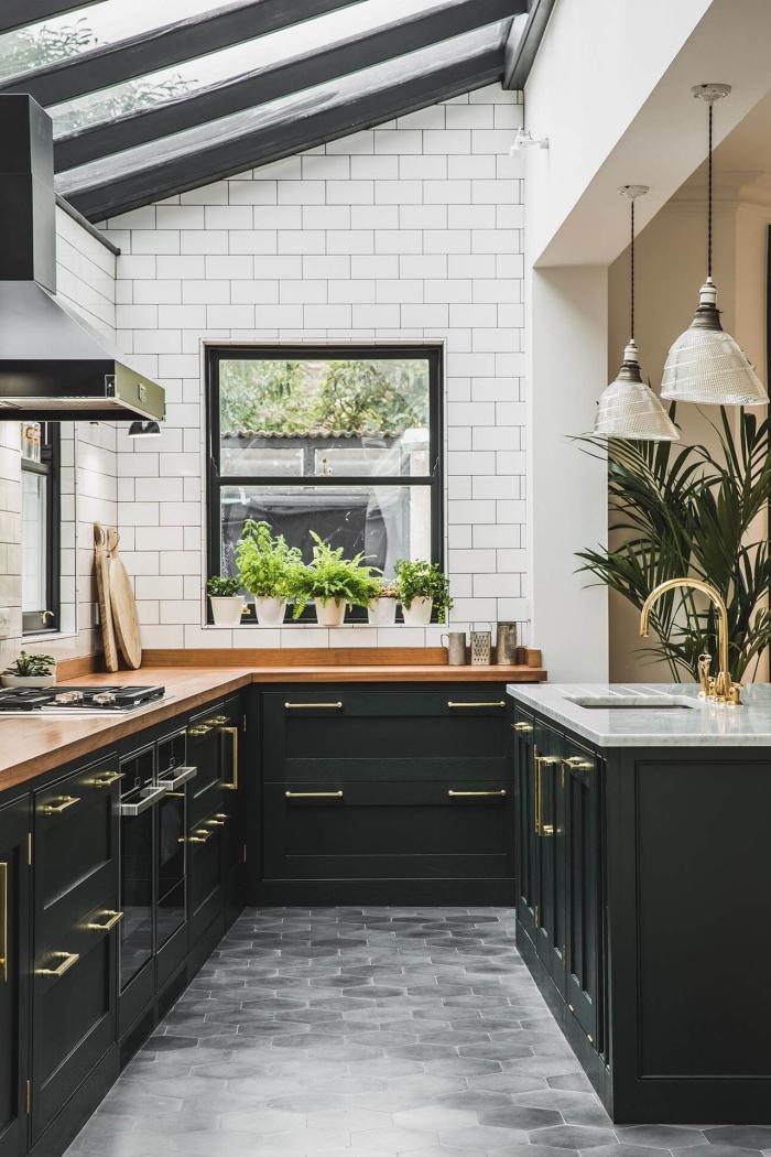 comment décorer une cuisine blanche avec meubles de couleur vert de gris, design cuisine en L avec îlot central