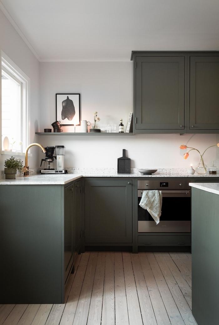 modèle de cuisine moderne aménagée en L avec îlot central, déco de cuisine blanche avec armoires en couleur vert foncé
