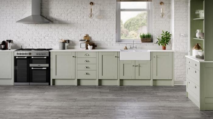 exemple comment aménager une cuisine en longueur de style moderne, design cuisine blanche avec meubles verts
